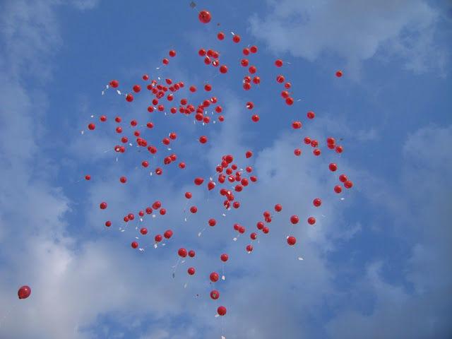 Beispiel: Rote aufsteigende Luftballons, Foto: Schloss Neuhausen.