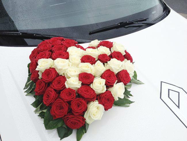 Beispiel: Ihr Hochzeitsauto mit Blumenschmuck, Foto: Krystal Limousines.