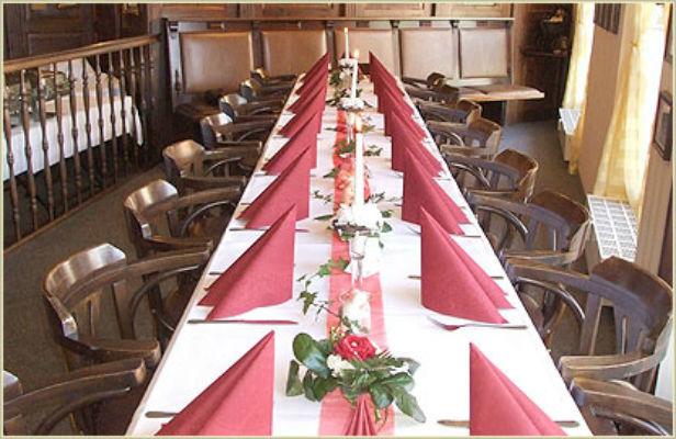 Beispiel: Festliche Tafel, Foto: Restaurant Am Löwenplatz.