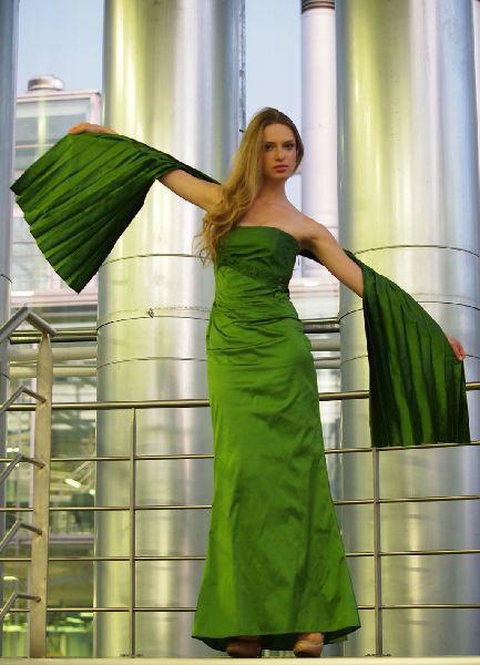 Beispiel: Modische Kleider, Foto: Festmode Diel.