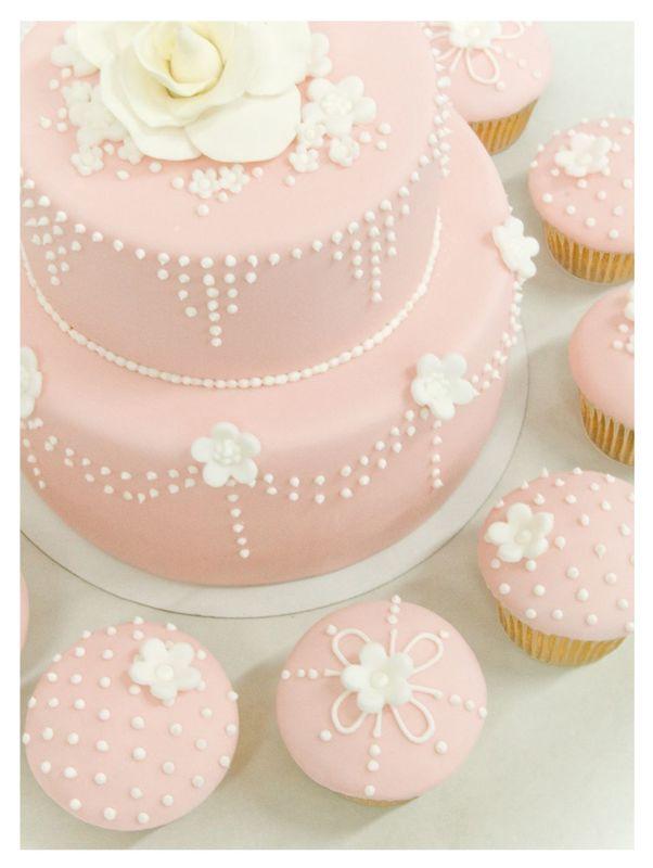 Con los pasteles de fondant dale un toque romántico a tu boda.