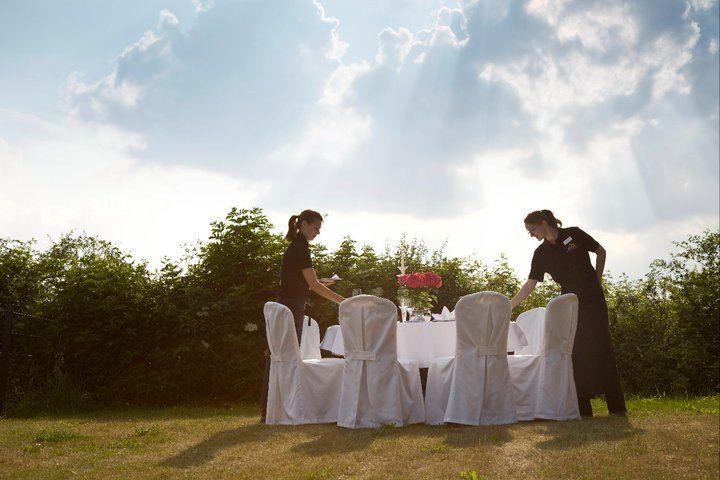 Beispiel: Hochzeitsgedeck im Garten: Foto: Germanenhof.