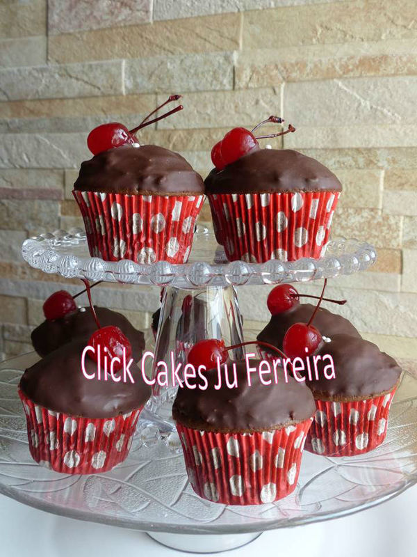 Cupcakes com generosa cobertura de beijinho e crostinha de chocolate + cereja.... hummm...