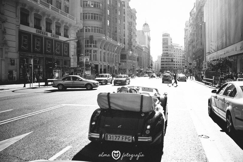 Boda Carolina & Roberto, Alma Fotografía Paseo en coche por la Gran Vía de Madrid