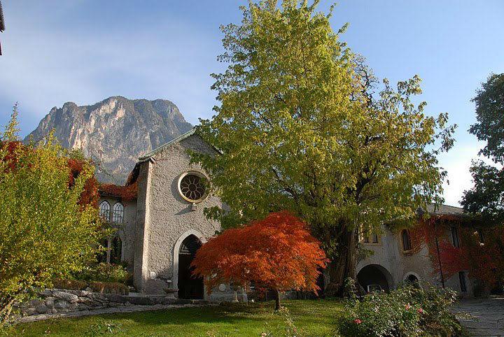 Castel Ivano, la corte della chiesetta..
