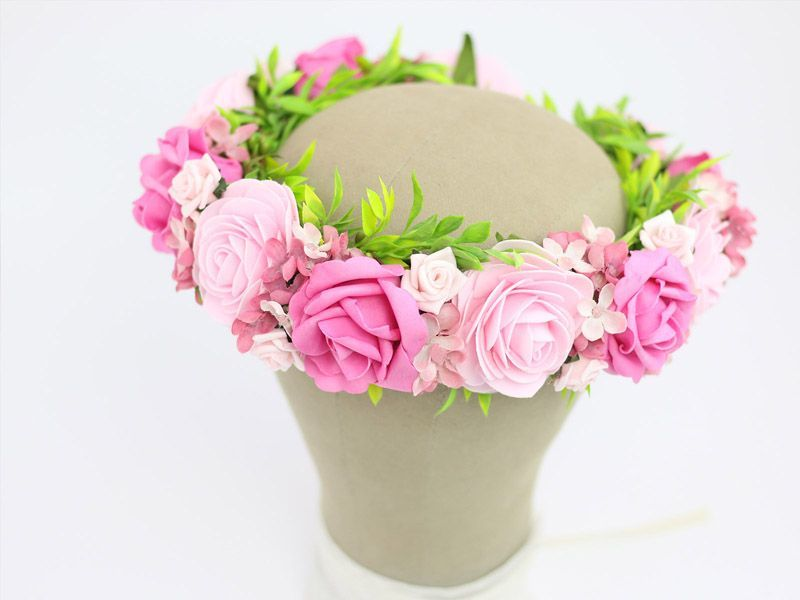 Różowy, kwiatowy wianek ślubny.