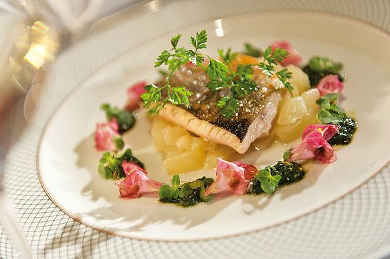 Beispiel: Gerichte mit frischem Fisch, Foto: Travel Charme Strandidyll Heringsdorf.