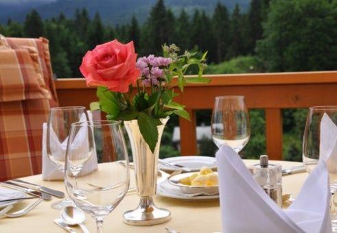 Beispiel: Frühstück auf der Terrasse, Foto: Romantik Hotel Waxenstein.