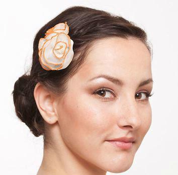 Beispiel: Seidenblumen passend zu Ihrem Brautkleid, Foto: JAAP Accessoires.