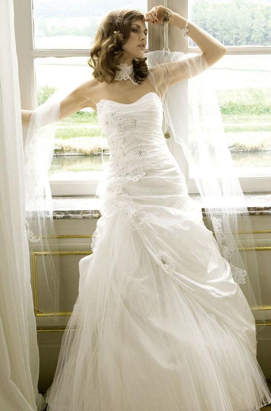 Beispiel: Einmalige Mode für Bräute, Foto: Fabula Brautmode.