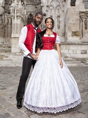 Beispiel: Brautmode nach Maß, Foto: The Moment.