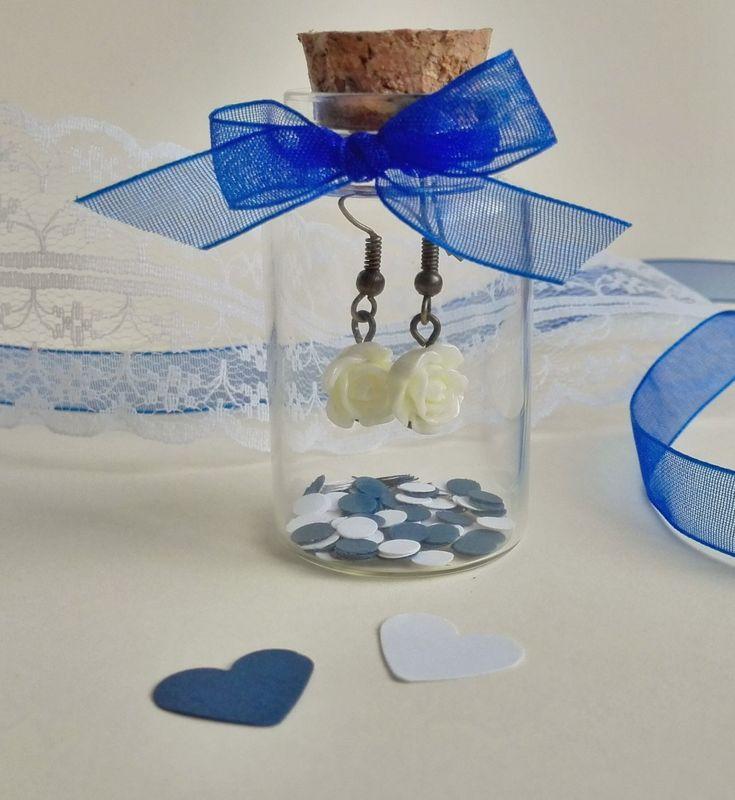 Detalles para Invitados Pendientes en Botellitas de Cristal, adornado con cinta de organza y confeti. (varios colores disponibles)