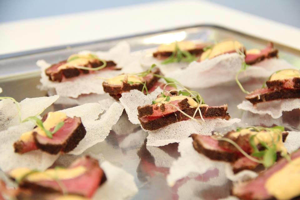 Tataki de atún acompañado de salsa sriracha