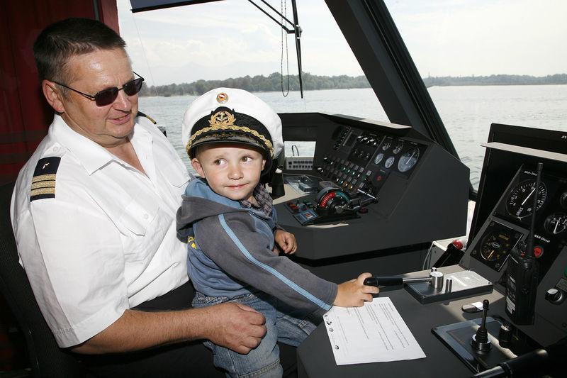 Beispiel: Auch die Kleinen dürfen ans Steuer, Foto: Bodenseeschifffahrt.