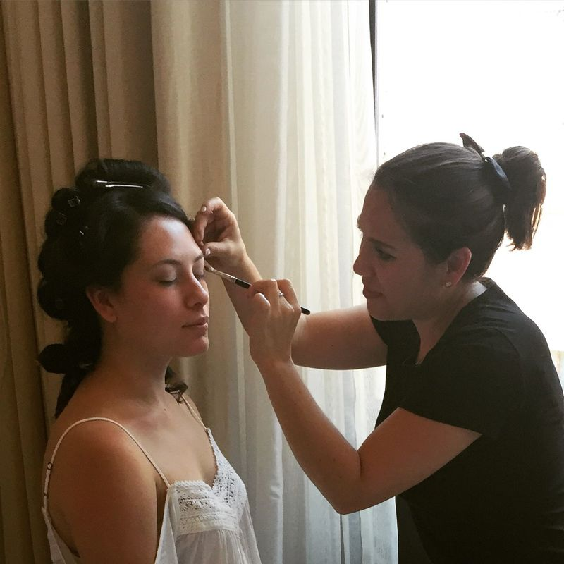 La novia en proceso de maquillaje