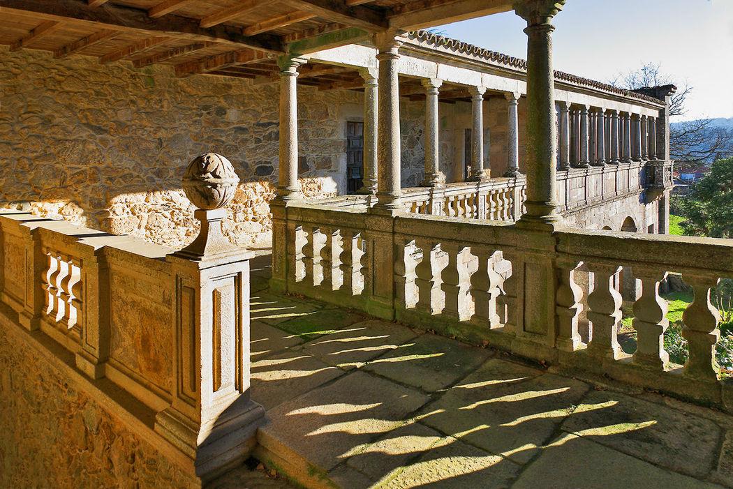 Corredor y galería de columnas de granito