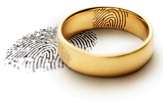 Beispiel: Eheringe mit Fingerabdruck, Foto: Juwelier Dallinger.
