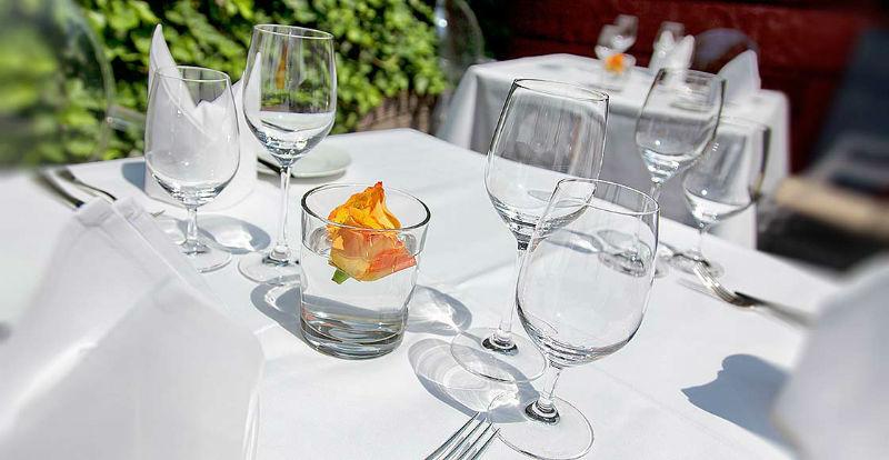 Beispiel: Tischdekoration auf der Terrasse, Foto: Dobler's Restaurant.