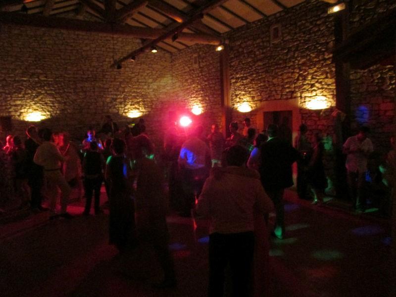 La Grange et son espace dance, présonorisation, lumières dancing,  revêtement sol spécial danse ... jusqu'au bout de la nuit.