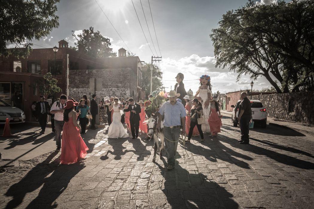 TENDENCIA 2017  Visita nuestro perfil en San Miguel de Allende para que conozcas más sobre nuestras bodas con mojigangas