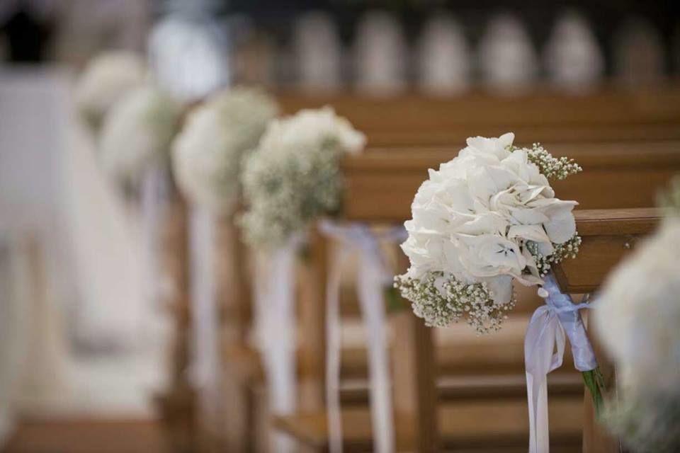 una candida ortensia bianca per andare insieme all'altare