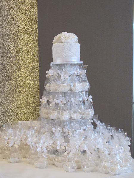 Beispiel: Hochzeitstorte mit Petits Fours als Give-Away auf Etagere, Foto: Madame Miammiam.