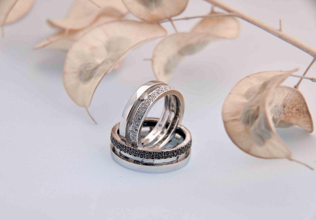 Le fedi matrimoniali devono ornare gli sposi e sigillare il loro amore, ma devono anche seguire il gusto ed i bisogni di entrambi. L'anello nuziale è un cerchio d'oro perfetto, è fatto cosi' per non interrompersi mai ed è l'anello piu' prezioso della vita. Rimasto immutato nei secoli il suo significato, l'anello nuziale si è semplicemente evoluto esteticamente secondo il gusto e la moda del tempo.