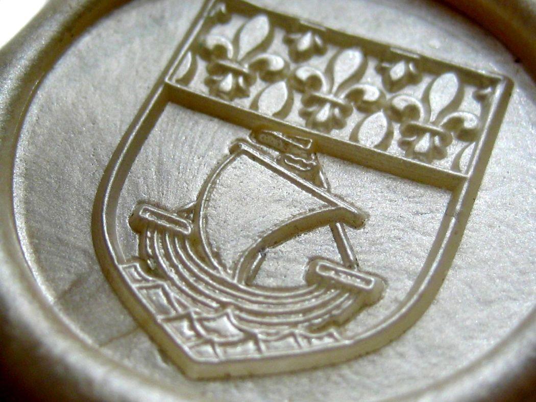 Sello de lacre + nombres a grabado a cuatro niveles. Blanco nácar (diámetro 30mm).  www.royallacre.com