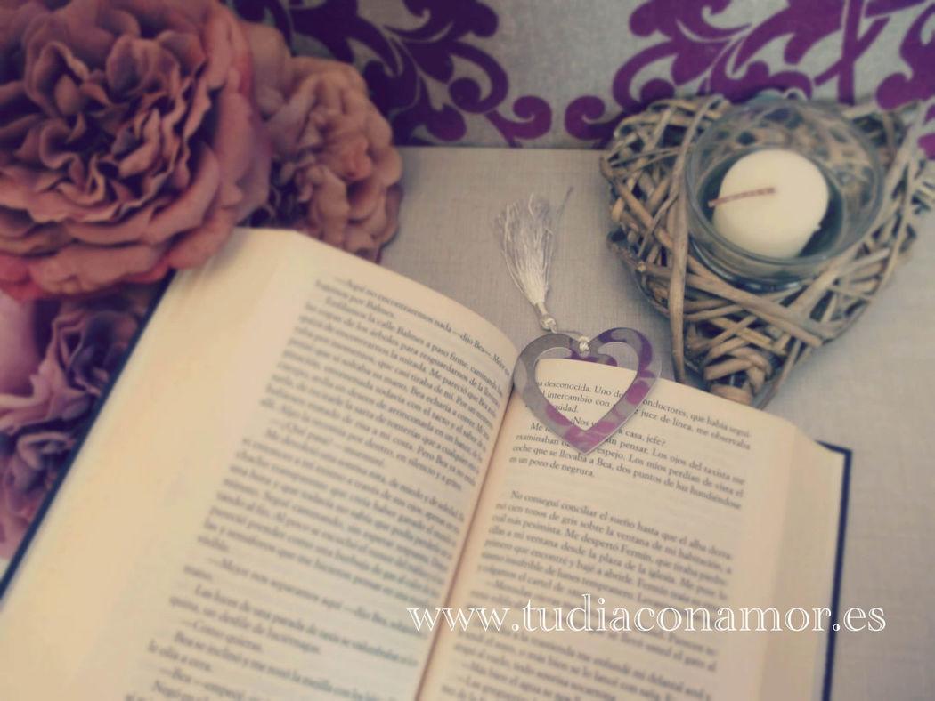 Detalle de boda elegante, punto de libro corazón en color plata