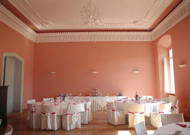 Beispiel: Roter Saal - Kaffeetafel, Foto: Eventkirche Schloss Kröchlendorff.