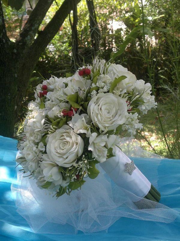 Buquê com rosas brancas, um toque de verde e mini flores silvestres. Uma linda opção