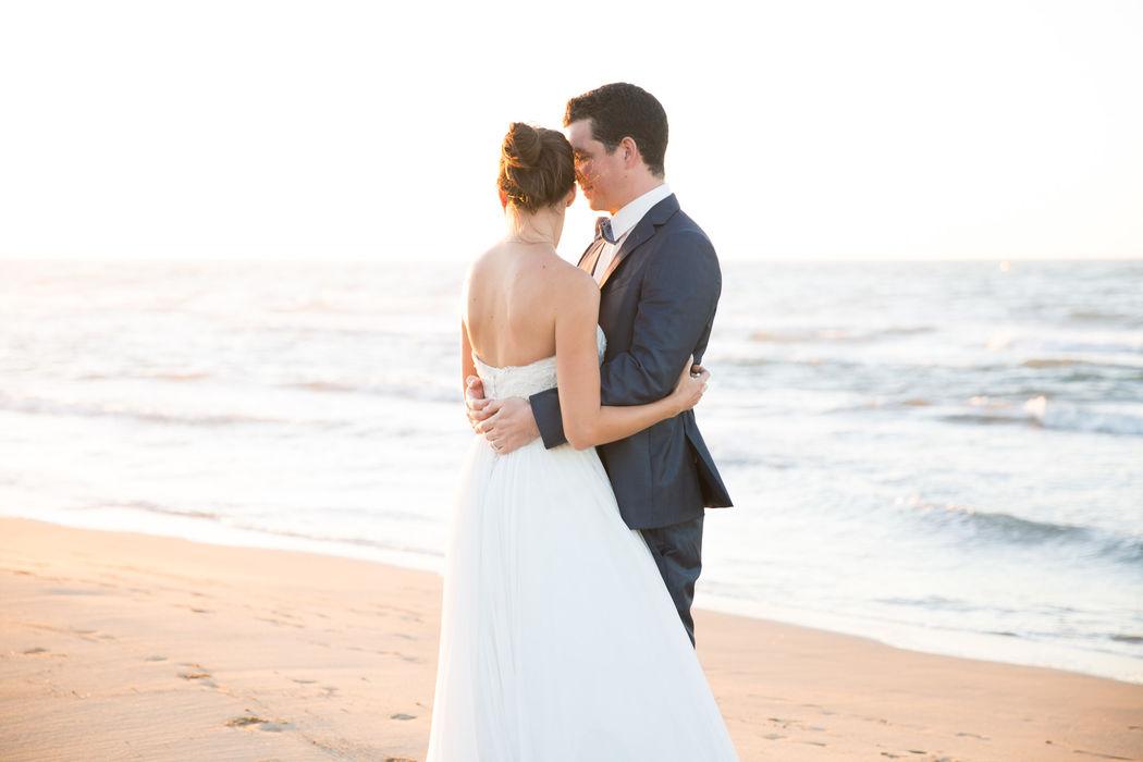 Couple sur la plage- photographies de mariage Lucile Vives