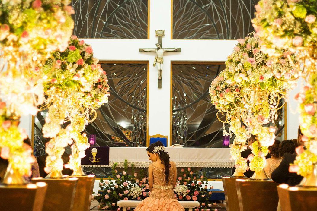 Detalles con Ángel Eventos   (Decoración de Iglesias con arreglos en natural, bases doradas iluminadas)