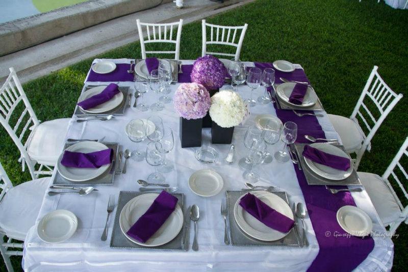Montaje y decoración de mesa en color morado - Foto Casa Colima