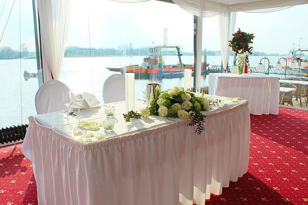 Beispiel: Wintergarten - Brautpaar Tisch, Foto: Fährhaus Farge.
