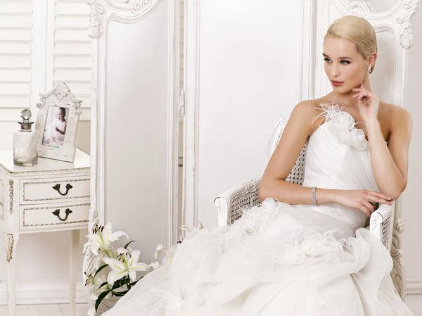 Beispiel: Romantische Hochzeitskleider, Foto: Oprée Brautmoden.