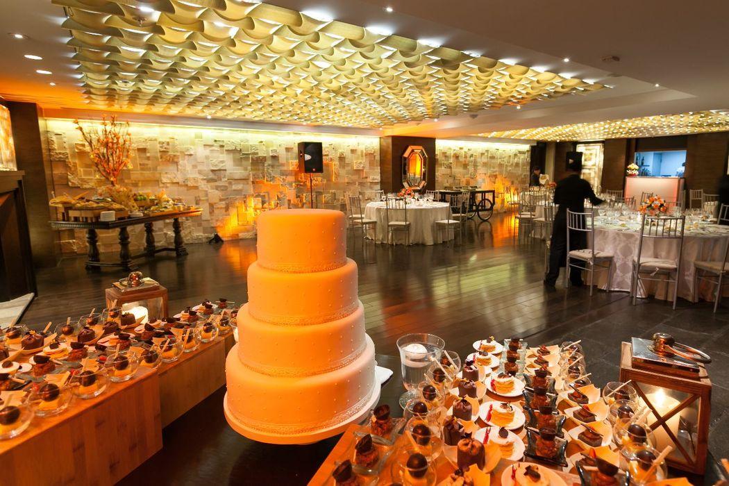 Torta de boda y mesa de dulces