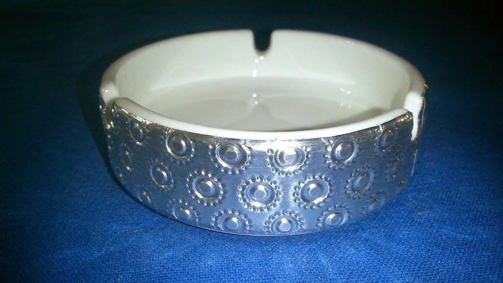 Cenicero loza blanca con aplicación aluminio