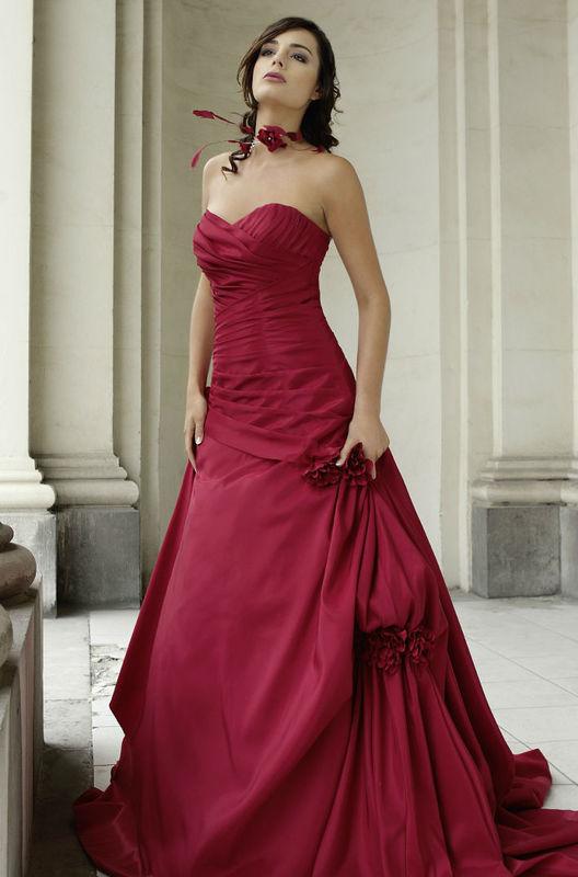 Beispiel: Brautkleider in allen Farben, Foto: Fabula Brautmode.