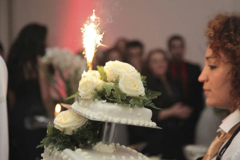 Beispiel: Präsentation der Hochzeitstorte, Foto: Golden Catering.