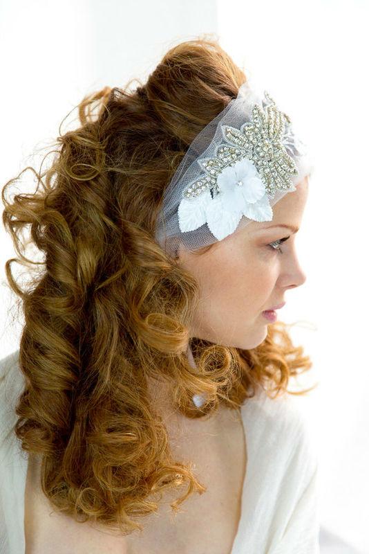 Bandeau de mariée fait main en tulle avec des strass, des feuilles et des fleurs. Fait main