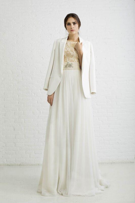 PAULA CON CHAQUETA BLANCA. Vestido de novia realizado el cuerpo en encaje de chantilly en color nude y falda con varias capas de tul y talle drapeado en tul con adorno en oro y plata, con chaqueta.