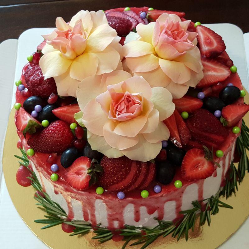 Торт со свежими ягодами и цветами