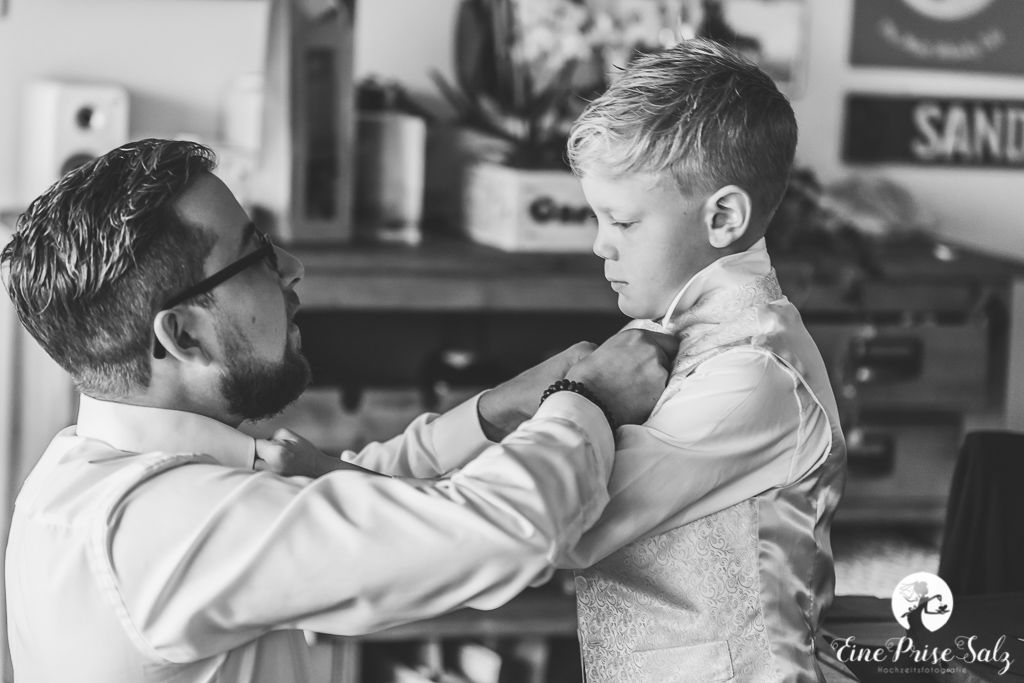 Hochzeitsreportage: Vater und Sohn machen sich bereit