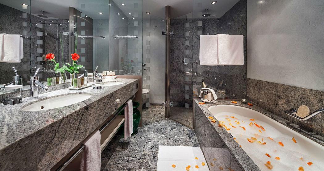 Beispiel: Badezimmer, Foto: Tschuggen Grand Hotel Arosa.
