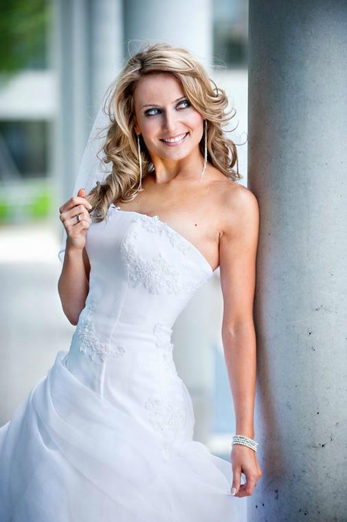Beispiel: Brautkleid, Foto: Brautmode-VIP.