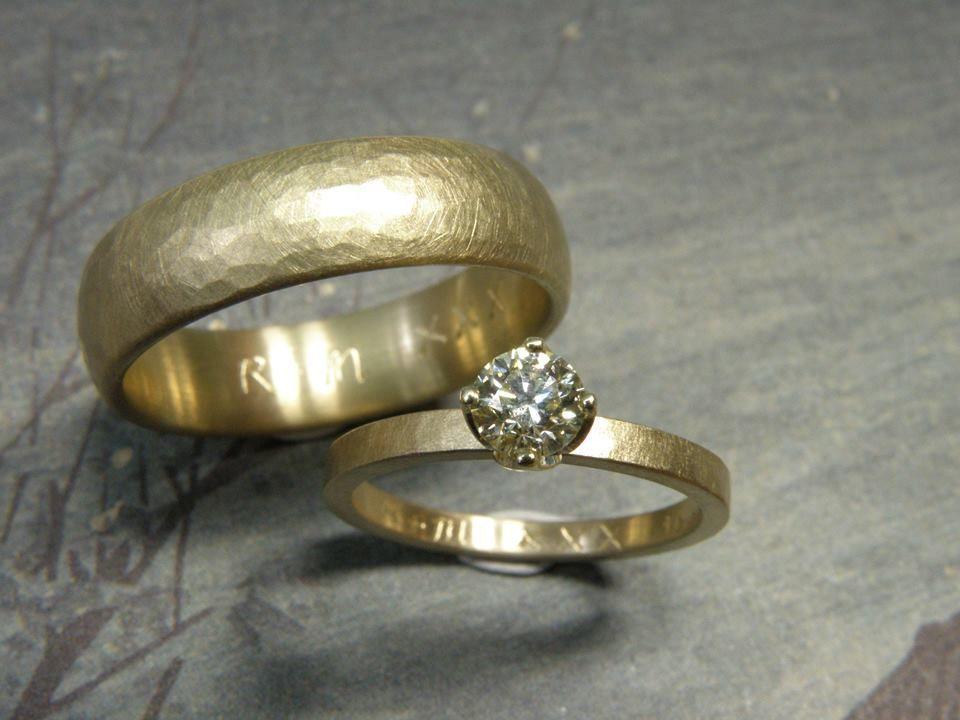 * vlakke smalle ring met kussen hamerslag van eigen goud vervaardigd * ovale ring met kussen hamerslag van eigen goud vervaardigd met als blikvanger een 0,42 crt briljant geslepen diamant cape in geelgouden lotusvorm chatonzetting * trouwringen uit het Oogst atelier