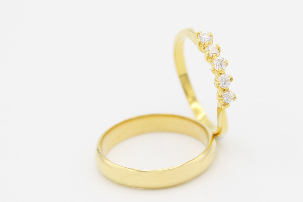 Argolla de matrimonio en oro amarillo y cinco diamantes de .05ct