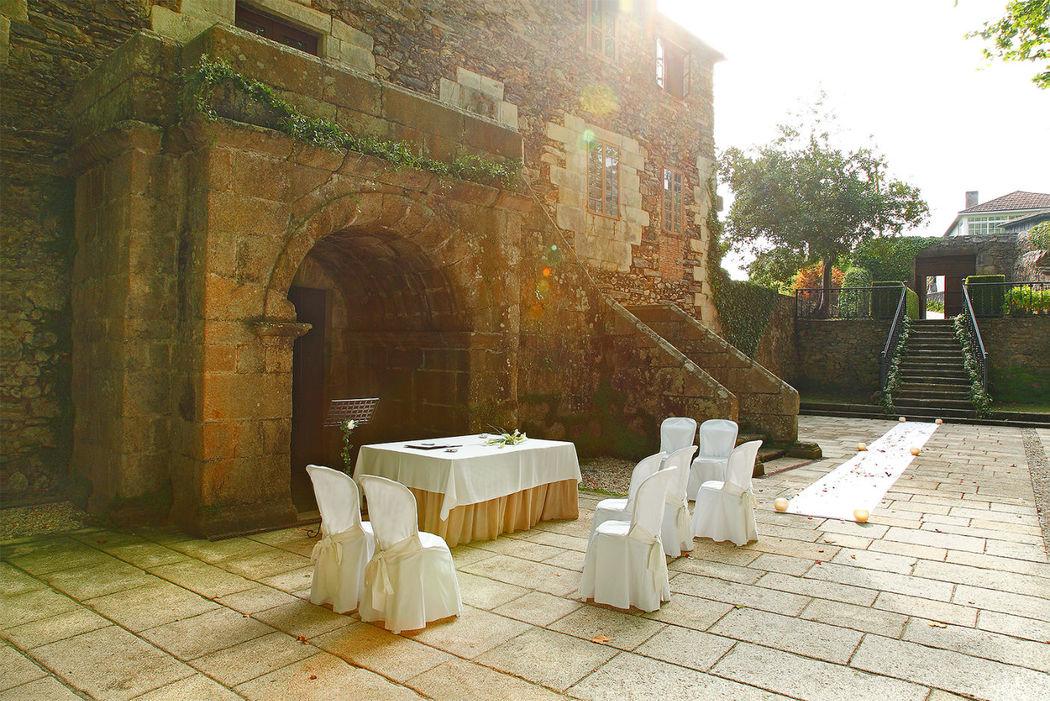 Zaguán dispuesto para una ceremonia civil íntima