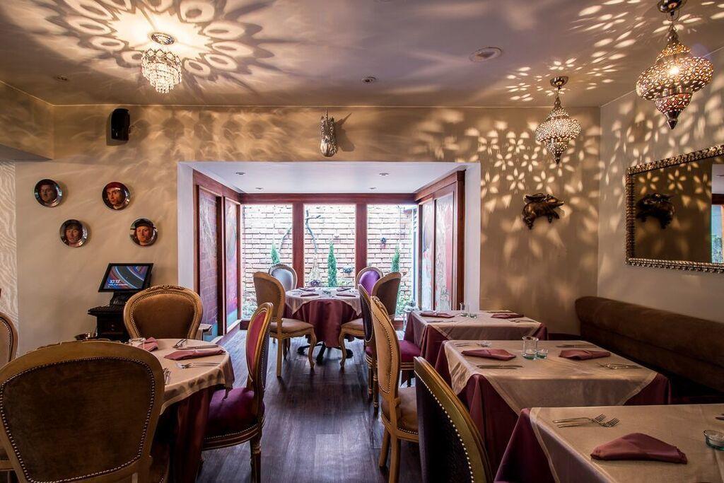 En nuestra sala te encontrarás con un ambiente chic, decorado con un estilo ecléctico con numerosos detalles y ni un rincón sin planeación detrás. El contraste de esta decoración de vanguardia y una gastronomía clásica se hacen notar al momento que el plato llega a la mesa.